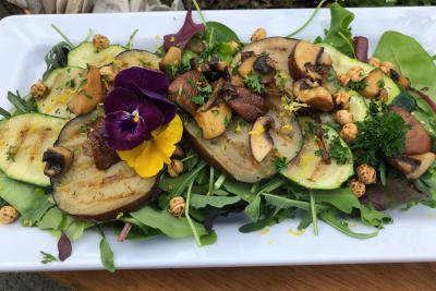 Salade met gegrilde groente en verse kruiden